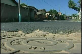 Bueiro abaixo do nível da rua causa transtornos para moradores de Araxá - Tráfego intenso no Bairro Salomão Drummond contribui para aumentar a preocupação de quem mora das imediações.