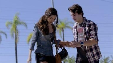 Luciana anda de skate com Rodrigo - Os dois aproveitam o dia de domingo na praça