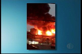 Galpão em Itaquaquecetuba pega fogo nesta terça-feira - O galpão fica na Avenida Ítalo Adami.