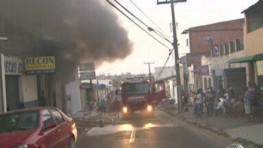 Incêndio destrói depósito de calçados em Feira de Santana - O fogo começou por volta as 16h desta terça-feira (8).