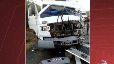 Acidente deixa duas pessoas mortas perto de Riachão do Jacuípe (BA) - Uma moto e um caminhão bateram na BR-324. O motorista do caminhão e o carona da moto morreram, segundo a polícia.