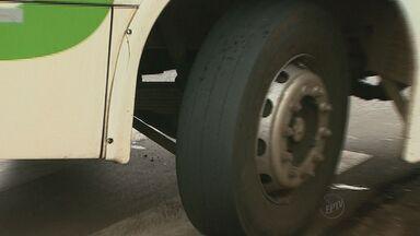 Acidente com ônibus urbano em Ribeirão Preto foi causado por pneu liso, diz PM - Polícia Militar multou empresa de transporte por mau estado de conservação do veículo, após colisão com poste na Avenida Fábio Barreto.