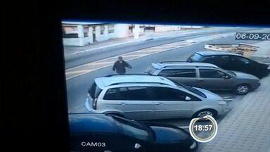 Flanelinha foi flagrado furtando carro em Taubaté - Ele pediu para vigiar o veículo e enquanto dono foi à missa, ele furtou objetos.