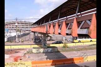 Pedestres voltaram a usar a passarela em frente ao estádio do Mangueirão - Ela foi interditada pela prefeitura, mas o tapume que fazia o isolamento foi retirado.