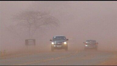 Mistura de poeira e fumaça após queimada atrapalha motoristas na BR-060, em Goiás - Tempo seco e muito vento tem sido a combinação para o estopim dos incêndios.
