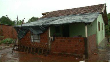 População pode ajudar moradores que tiveram as casas atingidas pelo granizo - Na área rural de Umuarama e Maria Helena a chuva também deixou vários estragos e quem quiser pode ajudar.