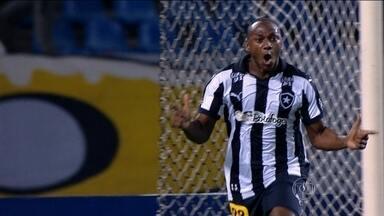 Sassá decide de novo, Botafogo vence o Paraná e segue líder da Série B - Alvinegro bate o Paraná por 2 a 1 no Estádio Nilton Santos