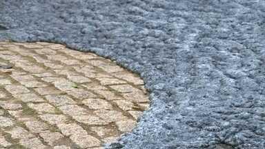 Espuma de poluição do Rio Tietê invade ruas na cidade de Salto (SP) - A força da correnteza e a queda d'água, principal ponto turístico de Salto, remexem a água do Tietê e toda a sujeira que está no rio vem à tona. A água cobriu uma ponte e a lama negra saiu do leito do rio e chegou ao asfalto.