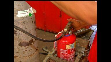 Saiba quais os cuidados necessários para recarregar um extintor de incêndio - Manuseio sem equipamentos de segurança podem ocasionar incidentes, diz Corpo de Bombeiros.