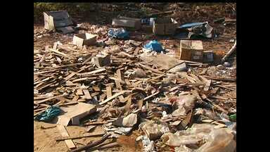 Jornal Tapajós flagra lixo sendo jogado no ramal do lago do Juá - Flagrante foi feito na manhã desta quarta-feira (13).