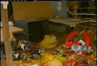 Galpão de escola de samba em Petrópolis, RJ, fica parcialmente destruído em incêndio - Incêndio aconteceu na noite desta terça-feira (8).