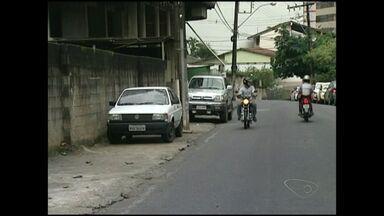 Moradores de Cachoeiro indignam-se com carros estacionados em locais proibidos, no ES - Vereador discutem a Lei do Guincho.