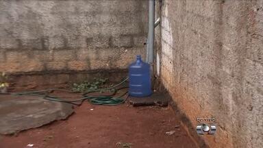 Moradores reclamam da falta de água em Aparecida de Goiânia - Água só chega de madrugada e população tem que armazenar em diversos recipientes e até em piscinas infláveis.