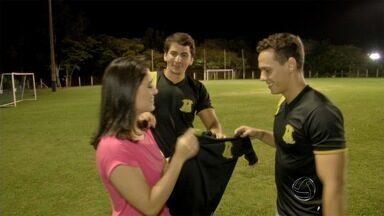 Peladeiros chamam a Camila Dib para partida de futebol - Apresentadora do Globo Esporte começa um novo quadro no MSTV 1ª Edição