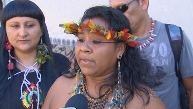 Índios pedem saída de secretário durante protesto em Manaus - Manifestantes estavam armados com flechas, mas protesto foi pacífico