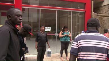 Londrinenses ficam indignados com ato de racismo - Uma mulher que segundo a Polícia sofre de algum tipo de transtorno mental, jogou bananas e ofendeu verbalmente um grupo de imigrantes vindo do Senegal.