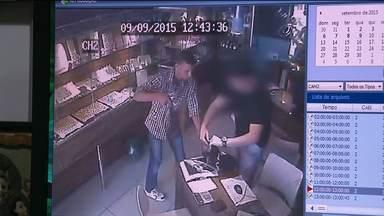 Joalheria é assaltada no centro de Campina Grande - O circuito de câmeras de segurança filmou toda a ação dos bandidos.