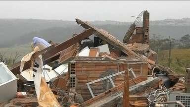 Duas cidades de São Paulo decretam estado de emergência depois de tempestade - O vento chegou a cem quilômetros por hora. Em Marília, mais de mil casas ficaram destelhadas. Na cidade de Dois Córregos, o vento destruiu a cobertura da Santa Casa e outras estruturas.