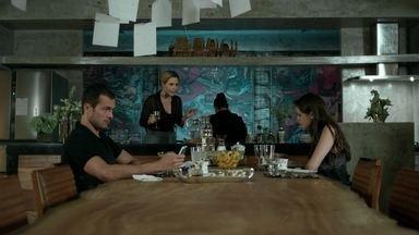 Pia conta para Giovanna que Alex dispensou os empregados - Bruno inventa desculpa para não ir ao colégio e a socialite não percebe o sofrimento do filho. Igor provoca Pia