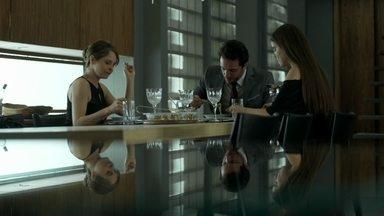 Alex almoça em casa e Giovanna e Guilherme observam de longe - Carolia encontra Pia no salão de beleza