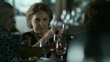 Fábia vê Anthony com Maurice - Fanny comenta com Visky que acredita que o amante esteja escondendo algo dela