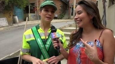 Letícia Spiller confessa que fica curiosa com o futuro de Soraya - Marcela Monteiro acompanha os bastidores das cenas em que a personagem varre ruas da cidade
