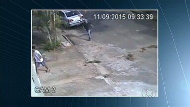Câmeras de segurança flagram assalto a residência em Goiás - Imagens mostram dois homens entrando em garagem após morador estacionar veículo.
