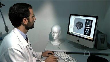Médicos brasileiros anunciam sucesso de uma cirurgia que combate os efeitos do AVC - Um grupo coordenado pelo professor Manoel Jacobsen começou um estudo no Hospital das Clínicas, em São Paulo: usar estímulos elétricos no cérebro para melhorar os movimentos.