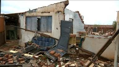 Vendaval deixa cidade do Oeste de São Paulo em estado de emergência - Em menos de 30 segundos, o temporal deixou um rastro de destruição na cidade de Panorama, no oeste de São Paulo. Pelo menos 50 casas foram destruídas pela chuva e pelo vento.