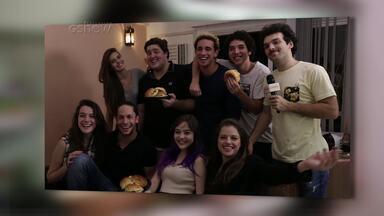 Camila Queiroz, Agatha Moreira e elenco 'invadem' apê de ator - Em clima de despedida, Felipe Hintze convida os amigos de elenco para comer hambúrguer e assistir à novela.