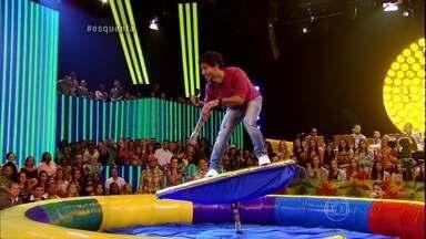 Que onda! Bruninho surfa no Esquenta! e ganha apoio de Davi - Plateia também se arriscar em um simulador de surfe