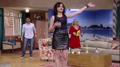 Monica Iozzi é a convidada da noite - A abusada vizinha Natasha entra em cena, bebendo.