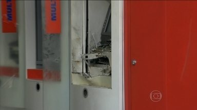 Bandidos armados rendem trabalhadores ao atacar caixas eletrônicos na Grande São Paulo - Em Embu das Artes, na Grande São Paulo, uma quadrilha fez com que cinco pessoas que iam para o trabalho se tornassem reféns. Os ladrões explodiram caixas eletrônicos, mas não conseguiram levar o dinheiro.