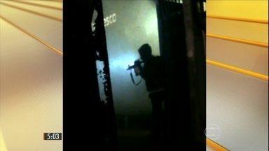 Quadrilha aterroriza moradores ao tentar explodir caixas eletrônicos em Embu das Artes - Bandidos tentaram roubar banco e na fuga fizeram reféns. Houve troca de tiros com a polícia.