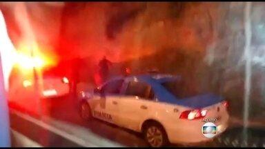 Homem é preso durante operação da PM na favela do Caramujo, em Niterói - Com o suspeito, foram apreendidos um rádio transmissão, drogas, um carregador de fuzil e munição de fuzil 762. Depois que os PMs deixaram a comunidade, traficantes, em retaliação, fizeram vários disparos.