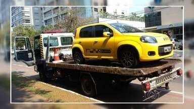 Motorista tem carro guinchado após estacionar em ciclovia, em Goiânia - Um carro foi rebocado porque estava estacionado em faixa exclusiva para ciclistas.