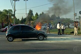 Carro pega fogo na Perimetral, no Ponte Grande, em Mogi das Cruzes - O incidente aconteceu na manhã desta quarta-feira (16).