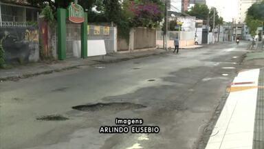 Ruas alternativas ficam esburacadas durante obras de esgotamento sanitário - Ruas não foram projetadas para receber grande fluxo de veículos.