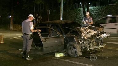 Batida entre carros deixa três feridos na Zona Sul de São Paulo - O acidente ocorreu na Av. Giovanni Gronchi na madrugada desta sexta. Segundo polícia, carro andava na contramão quando colidiu. As vítimas tiveram ferimentos leves e foram levadas para hospitais da região.