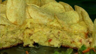 Torta de frango com massa de pão de ló tem cobertura sequinha e deliciosa - Anote a receita.