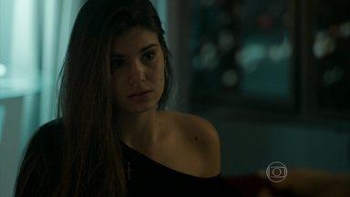 Angel inventa uma desculpa para Carolina - Escondido no armário, Alex fica apreensivo com a situação. Giovanna provoca Angel e conta para Guilherme que plano deu errado
