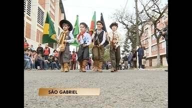 Estudantes de São Gabriel, RS, fazem desfile com cavalos de pau - O desfile foi promovido pela Escola Municipal Ginásio São Gabriel.