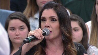 Simony comenta como lidou com a transição de criança para adulta - Cantora conta que nunca foi tratada como estrela por sua família