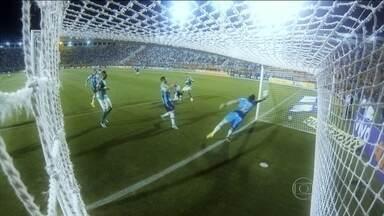 Em jogo emocionante, Palmeiras vence Grêmio no Pacaembu e dorme no G4 - Em partida com cinco gols, Verdão conquistou terceira vitória seguida no Campeonato Brasileiro.