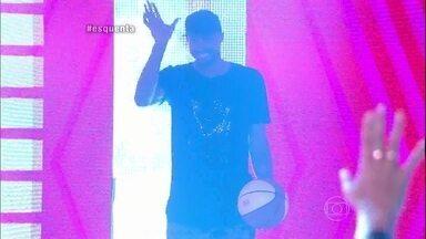 Leandrinho entra no palco do Esquenta! jogando basquete - Jogador também relembra vida humilde e conta histórias da carreira