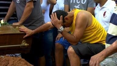 Corpos de jovens mortos em chacina em Carapicuíba (SP) são enterrados - Parentes e amigos protestaram contra a violência. Rapazes eram entregadores de pizza e tinham entre 16 e 18 anos.