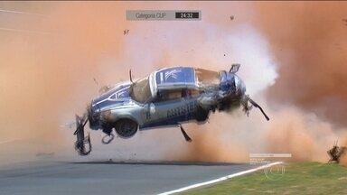 Carro de Pedro Piquet capota por pelo menos nove vezes em acidente em Goiânia - Filho de Nélson Piquet participava da prova da Copa Porsche. Ele foi atingido ainda na primeira volta.