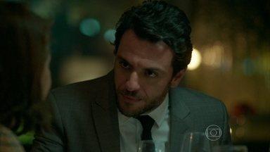 Alex e Angel conseguem enrolar Carolina - Pia avisa a Alex que Bruno passou mal