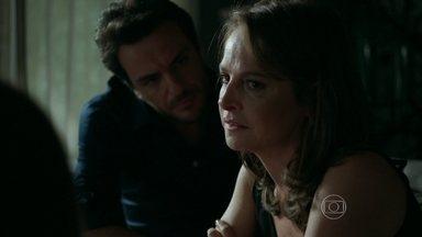 Carolina solta indireta para Angel e Alex - Dona de casa coloca a filha e o marido em saia justa