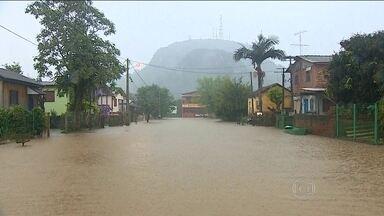 Rio Grande do Sul tem chuva sem parar há uma semana - Sessenta e sete cidades tiveram prejuízos com os temporais. Nas cidades da região metropolitana de Porto Alegre, é a segunda enchente em menos de dois meses.
